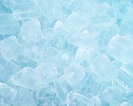 Cuburi de gheață simulând senzația imediată de răcorire pe care o asigură Lioton1000® Gel