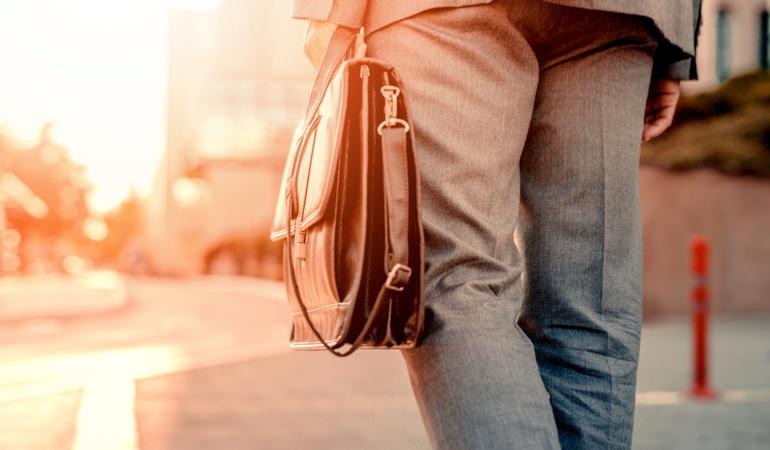 Bărbat purtând Lioton1000® Gel în geantă.