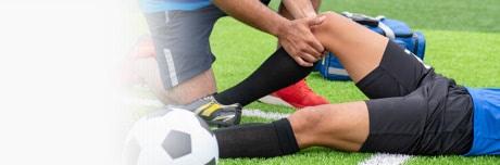 Jucător de fotbal accidentat și medic cu Lioton® 1000 Gel