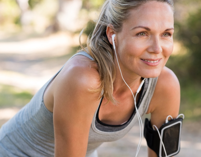 Экипированная женщина готовится к упражнениям для предотвращения венозной недостаточности