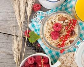 Здоровый сбалансированный завтрак из продуктов с высоким содержанием клетчатки помогает избежать запоров и предотвратить варикозное расширение вен