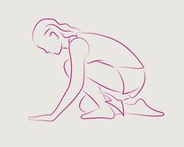 Женщина сгорбилась на руках и коленях, выполняя на коленях растяжение икроножной мышцы.