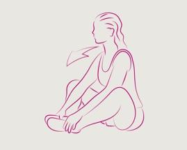 Женщина сидит с прижатыми друг к другу ступнями, выполняя растяжение внутренней поверхности бедра.