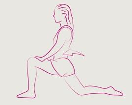 Женщина выполняет выпад растяжение, держа переднюю ногу под углом 90 градусов.